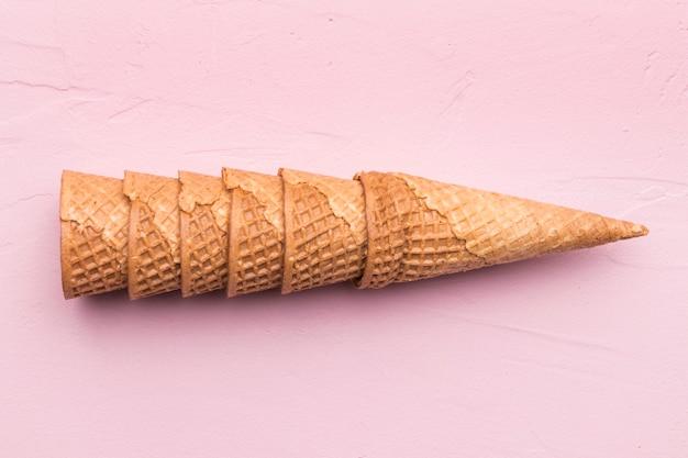 ピンクの背景に積み上げワッフルコーン 無料写真