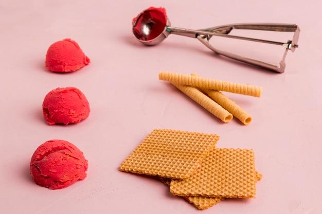 レッドアイスクリームワッフルと金属アイスクリームスクープ 無料写真