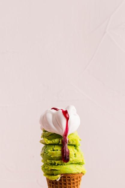 ミントとバニラアイスクリーム添え 無料写真