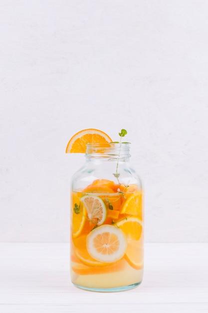 テーブルの上のオレンジ色のレモネードのボトル 無料写真
