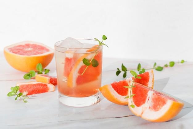 グレープフルーツと冷たいレモネードのガラス 無料写真