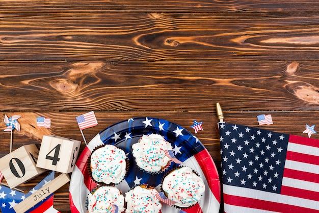 Праздничные торты и флаг сша на деревянном столе во время дня независимости Бесплатные Фотографии