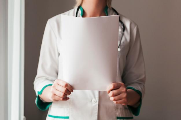 医療報告を持つ医師 無料写真
