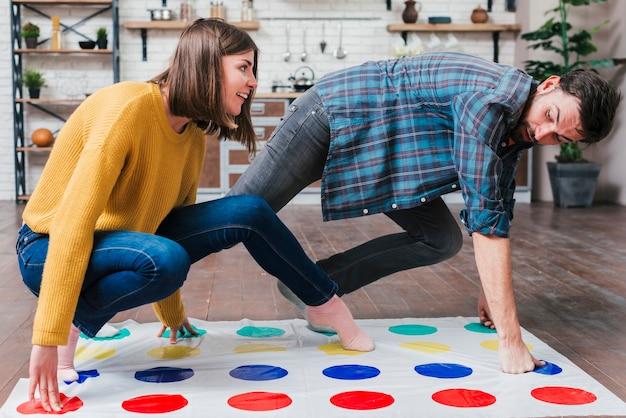 ツイスターゲームを自宅で遊ぶかわいい幼児 無料写真