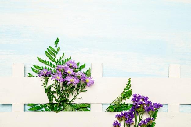 自然の葉と白いフェンスに沿って花 無料写真