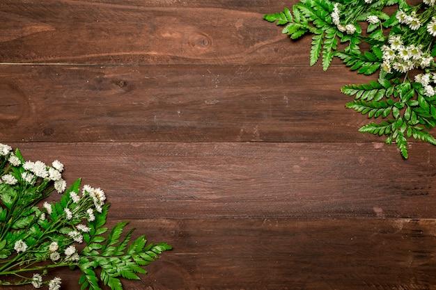 Пучки ромашки на деревянный стол Бесплатные Фотографии
