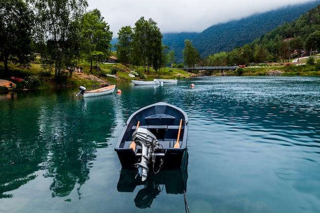 青い穏やかな湖に空のボート 無料写真