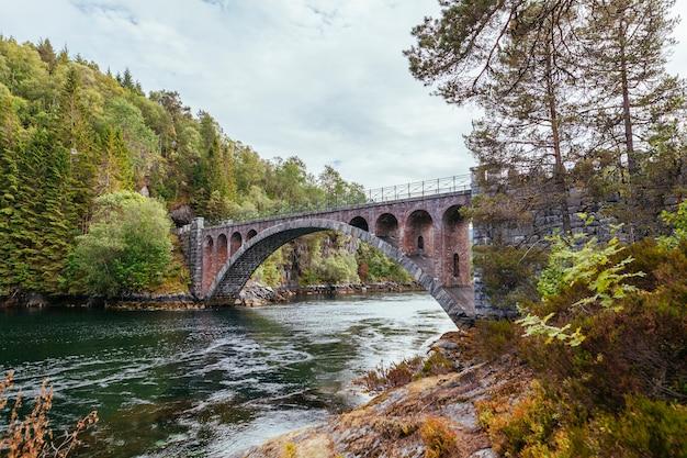 オーレスン近くの川に架かる古い歩道橋。ノルウェー 無料写真