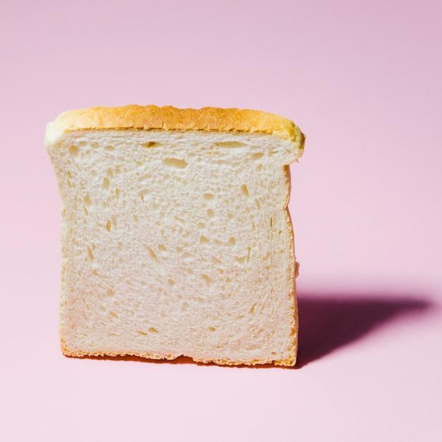 色の背景を持つパンのスライス 無料写真