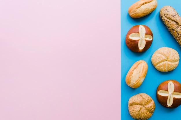 色の背景とパンの塊 無料写真