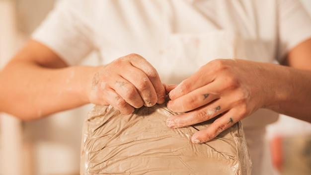 粘土のカバーを引き裂く女性 無料写真