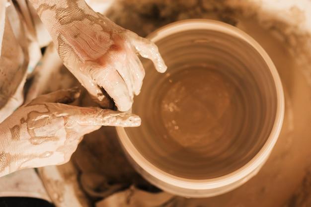 陶器の陶器の鍋を作る女性 無料写真