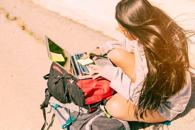 フリーランサーの女性が旅行に取り組んで 無料写真