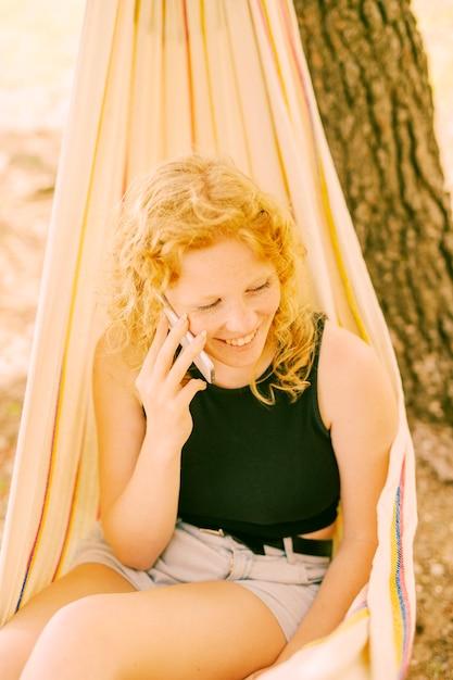 電話で話している笑顔の女性 無料写真