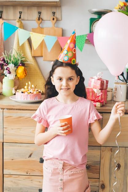 誕生日を祝って微笑んでいる女の子 無料写真