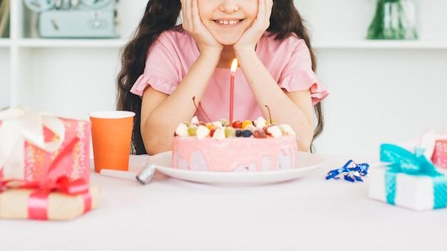 誕生日ケーキを持つ少女の笑顔 無料写真