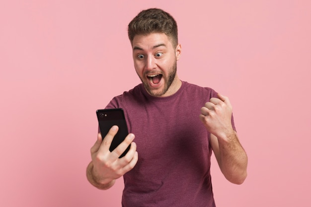 彼の幸せを表現する少年 無料写真