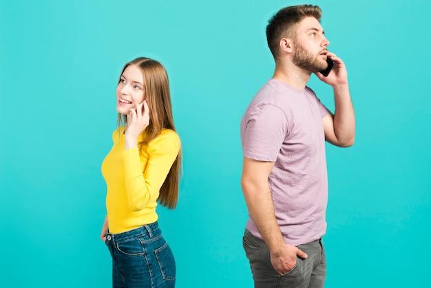 携帯電話で話しているカップル 無料写真