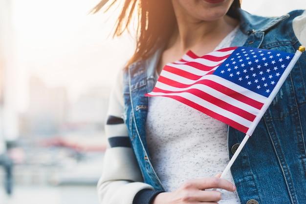 Женщина с американским флагом на палочке в руке Бесплатные Фотографии