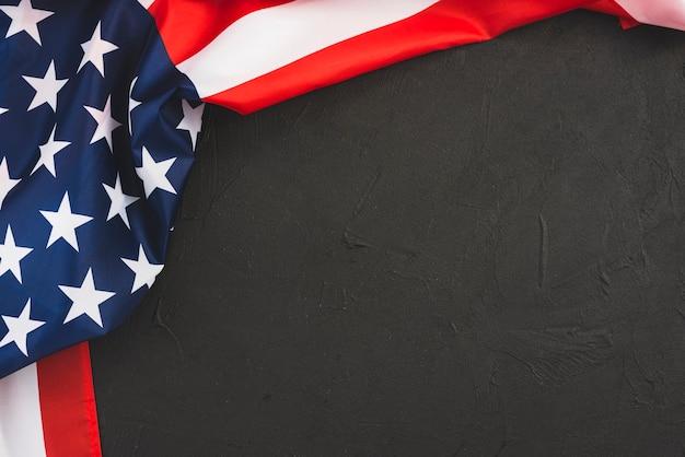 黒の背景にアメリカ合衆国の国旗 無料写真