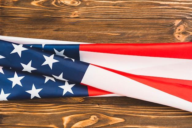 木製の背景にアメリカの国旗 無料写真