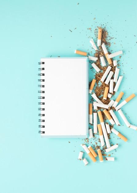 Блокнот с кучей сигарет Бесплатные Фотографии