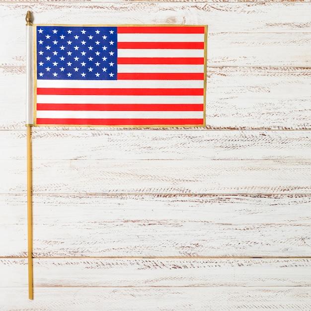 Маленький флаг сша на день независимости на белом деревянном столе Бесплатные Фотографии