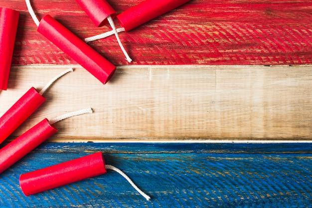 Красный динамит фейерверки на фоне деревянные расписные деревянные доски Бесплатные Фотографии