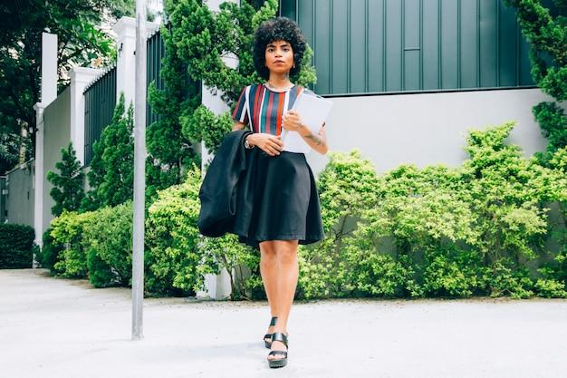 現代の女性が通りを歩いて 無料写真