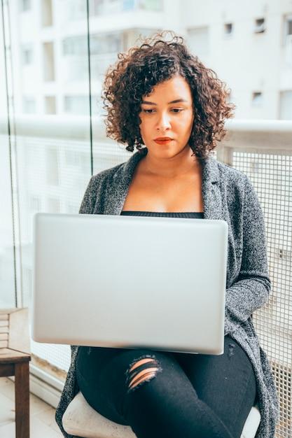 ビジネスの女性が在宅勤務 無料写真