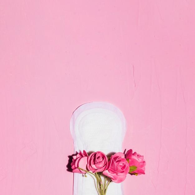 Вид сверху гигиеническое полотенце с цветами Бесплатные Фотографии