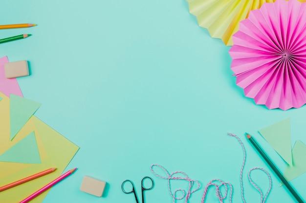 色鉛筆;ゴム;紙;はさみ;ロープと円形の紙の青い背景 無料写真
