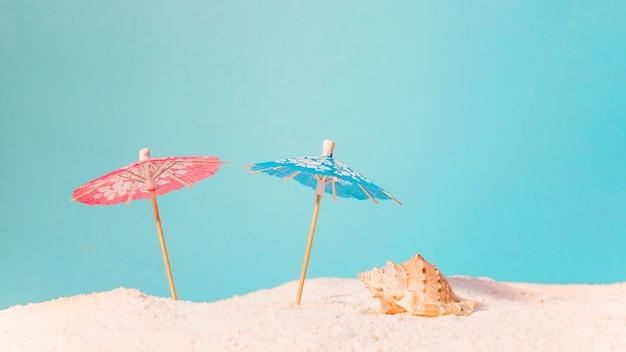 赤と青の太陽傘のビーチ 無料写真