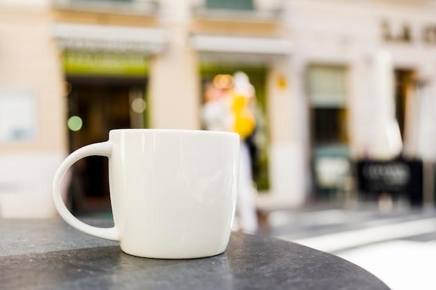 背景をぼかした写真のコーヒーカップ 無料写真