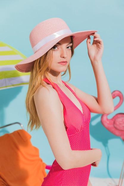 ビーチで帽子の若い女 無料写真