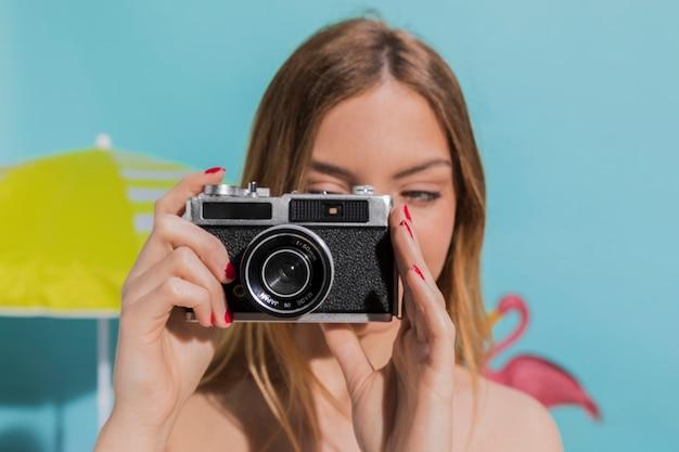 女性がカメラで写真を撮影 無料写真