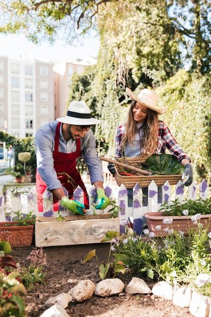 庭で働く男性と女性の庭師を笑顔の肖像画 無料写真