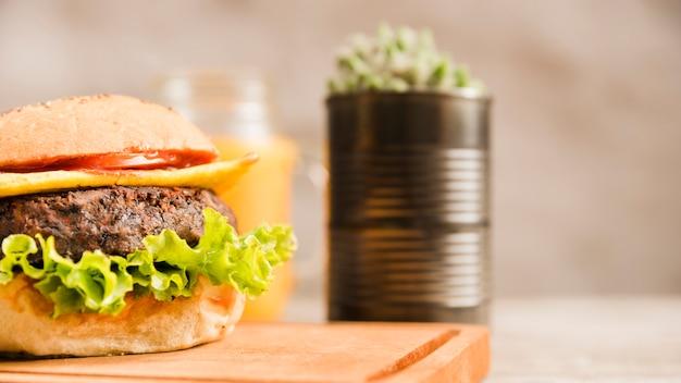 まな板の上のハンバーガーのクローズアップ 無料写真