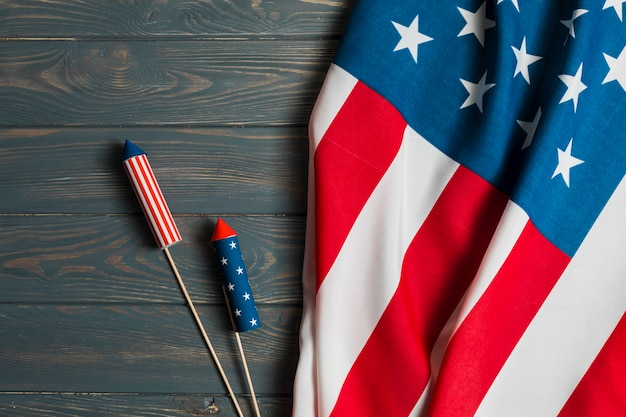 テーブルの上のクラッカーとアメリカの国旗 無料写真