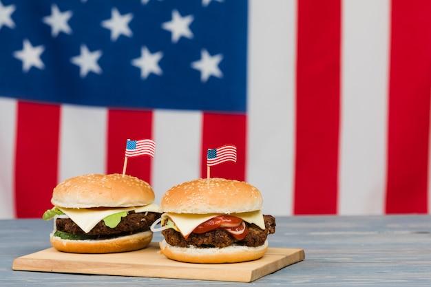 Чизбургеры на деревянной доске Бесплатные Фотографии