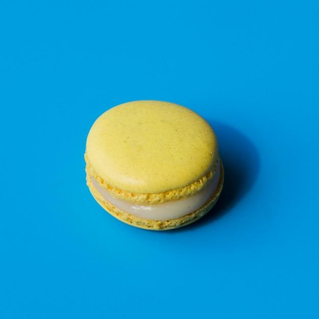 青い背景に黄色のマカロン 無料写真