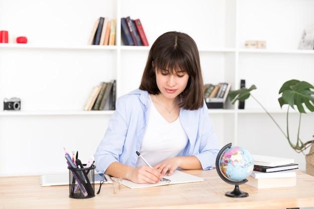 女子学生のノートに書く 無料写真