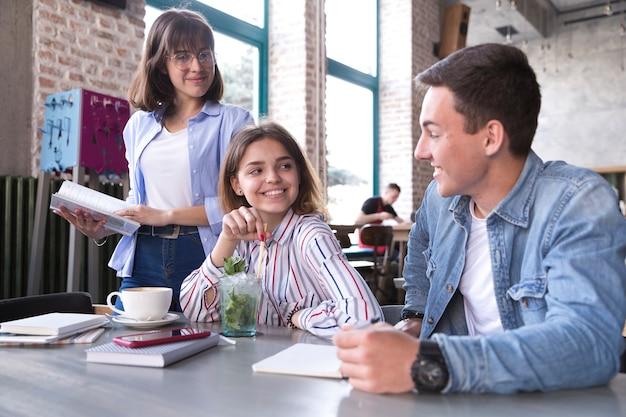 カフェで勉強している学生 無料写真