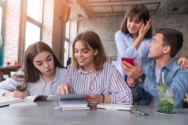 カフェで宿題をしている学生 無料写真