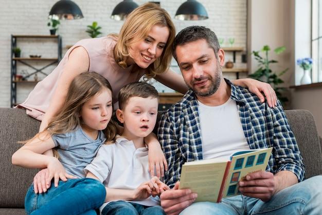 家族の読書 無料写真