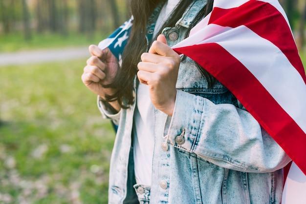 Патриотическая женщина с американским флагом на плечах Бесплатные Фотографии