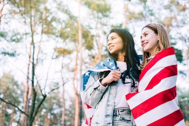 女友達が独立記念日を祝う 無料写真