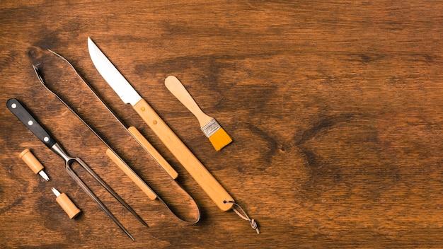 木製の背景にバーベキュー用品 無料写真
