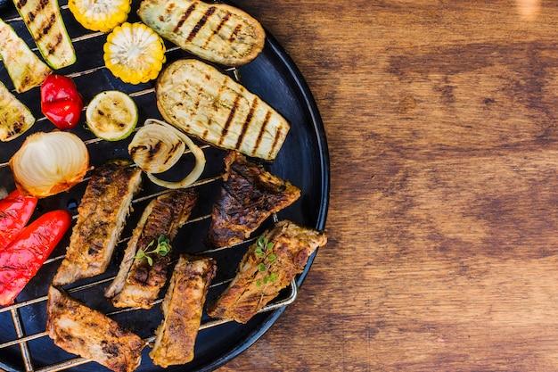テーブルの上のグリルで野菜と肉のグリル 無料写真