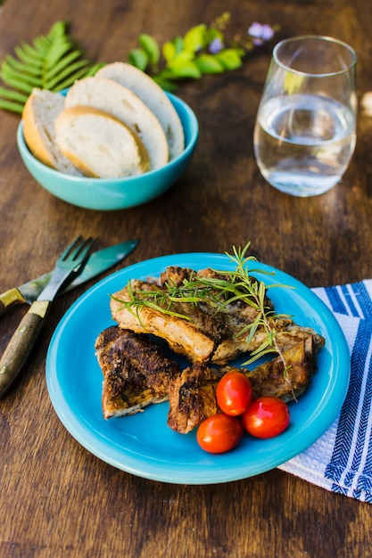 Мясо на гриле с помидорами черри и хлебом Бесплатные Фотографии